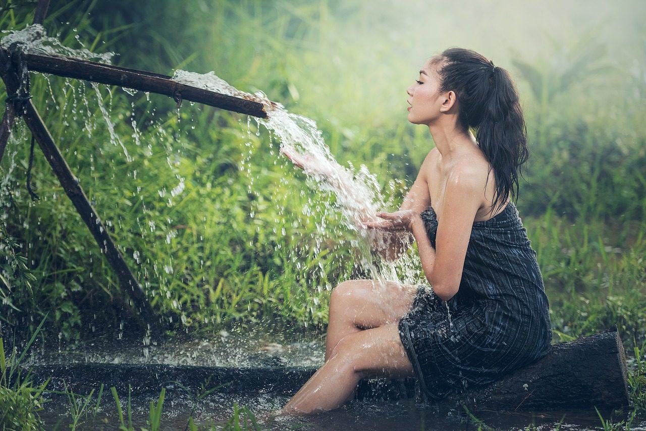 Девушка моется